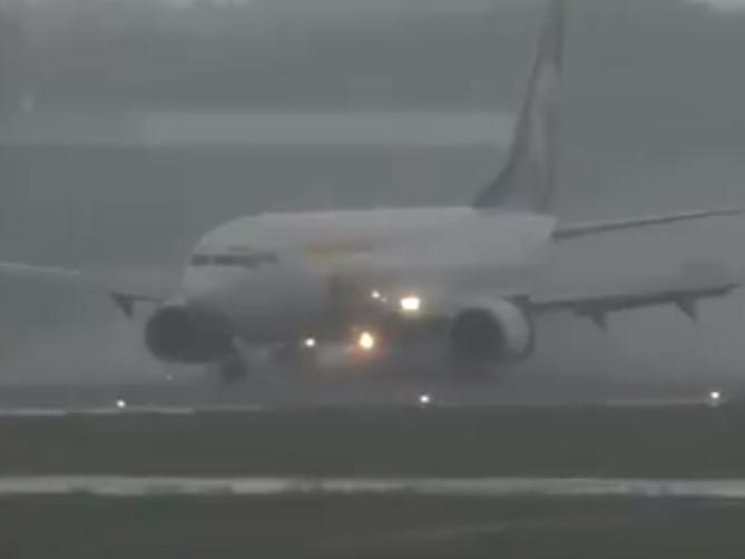 ВИДЕО: МИАТ-ийн тусгай үүргийн онгоц Японд хар салхины үеэр газардсан нь шүүмжлэл дагууллаа
