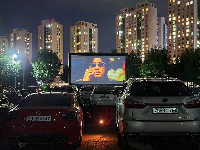 Төв цэнгэлдэх хүрээлэнд автомашинтай кино театр нээлтээ хийлээ