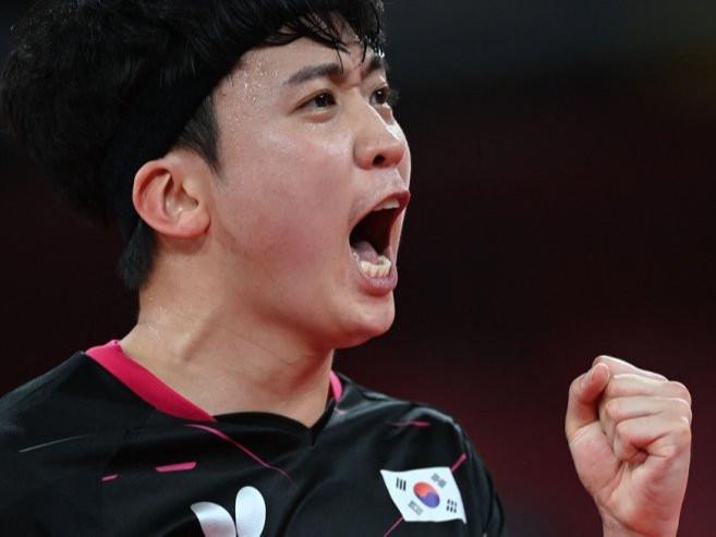 Олимпод өрсөлдсөн БНСУ-ын теннисчинг ''зураасан нүдэт'' хэмээн хочилсон тайлбарлагчийг халжээ