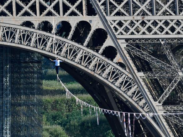 ВИДЕО: Франц эр Эйфелийн цамхгаас Сена мөрөн дээгүүр алхаж, олныг гайхшруулжээ
